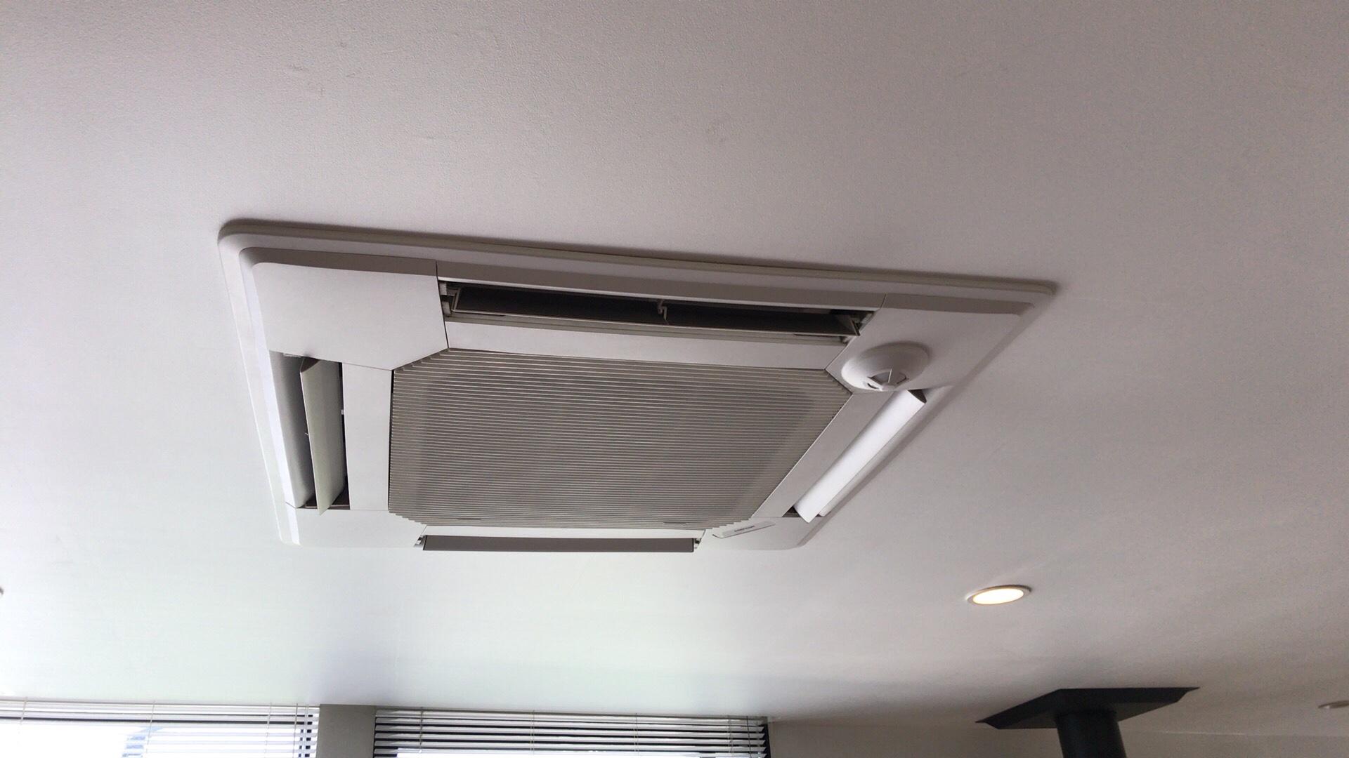 一般家庭の天井埋め込みタイプのエアコンクリーニング