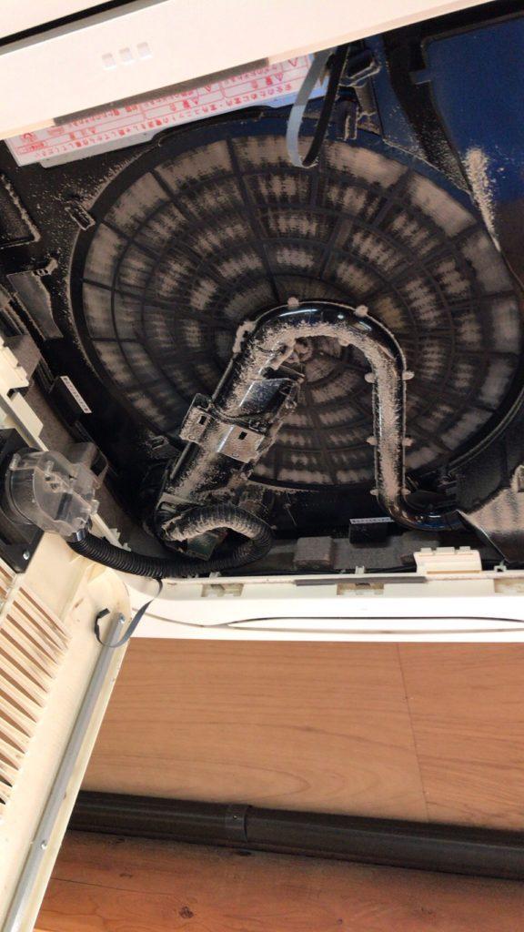 ほこりだらけのお掃除機能付き業務用エアコン