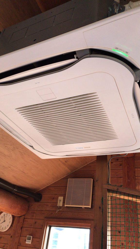 組立後の業務用エアコン