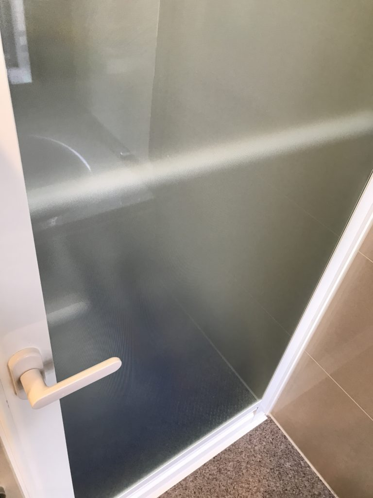 水垢の除去が終わった浴室扉