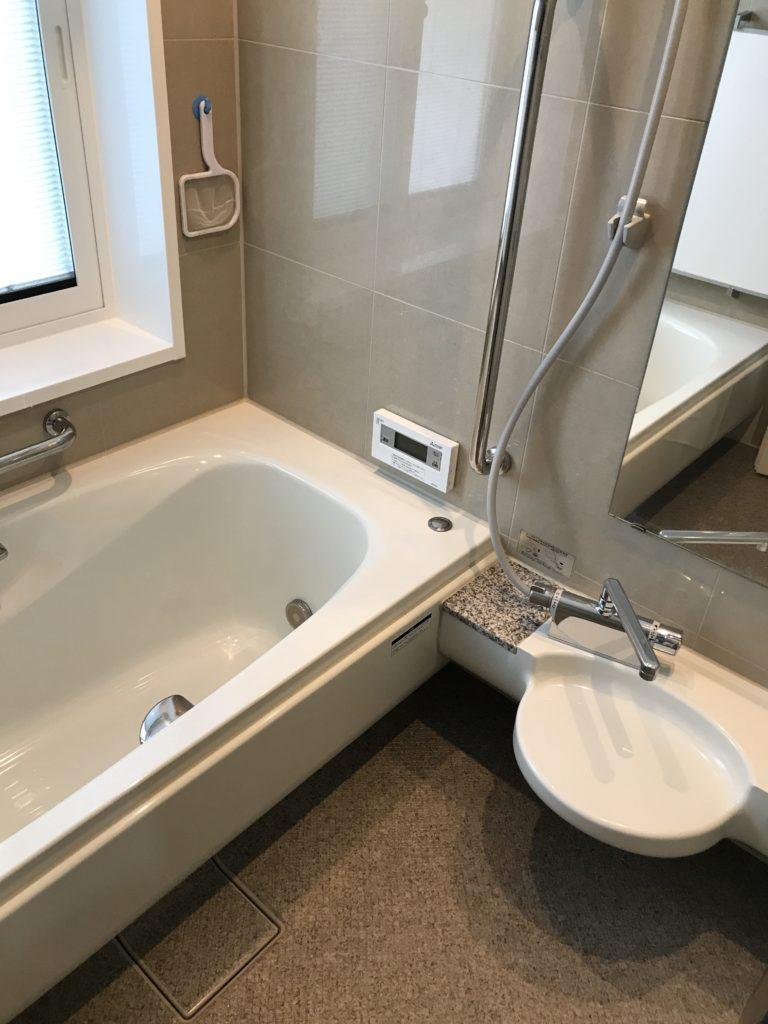 タイルの壁の浴室のハウスクリーニング