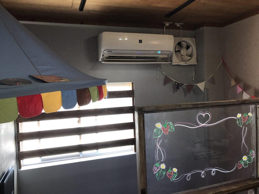 キッズルームのお掃除機能付きエアコン