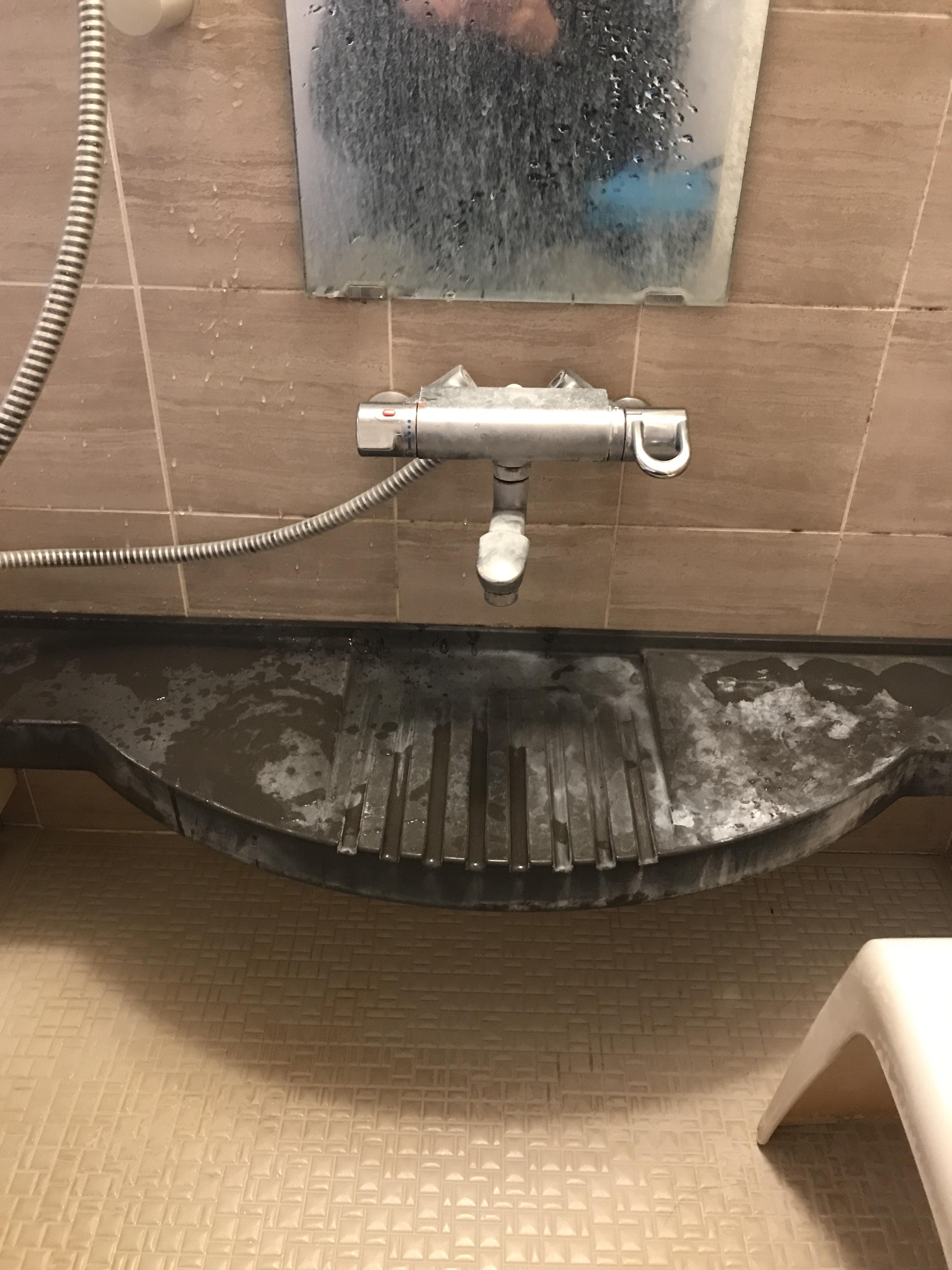 掃除前のシャンプー台