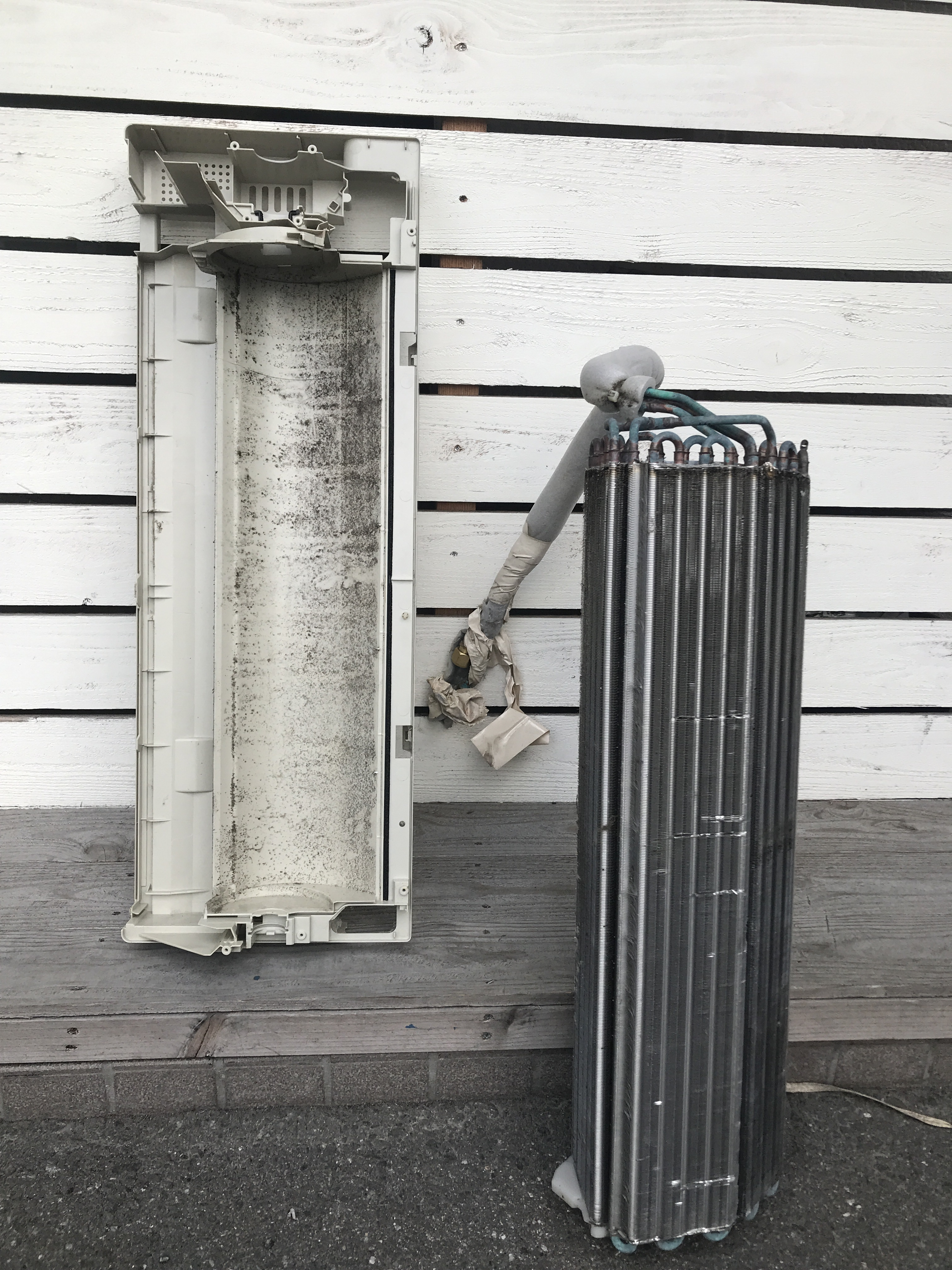 分解中のエアコン